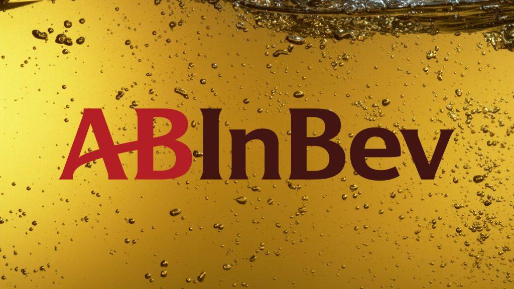 AB InBev logo op uitvergroot glas bier