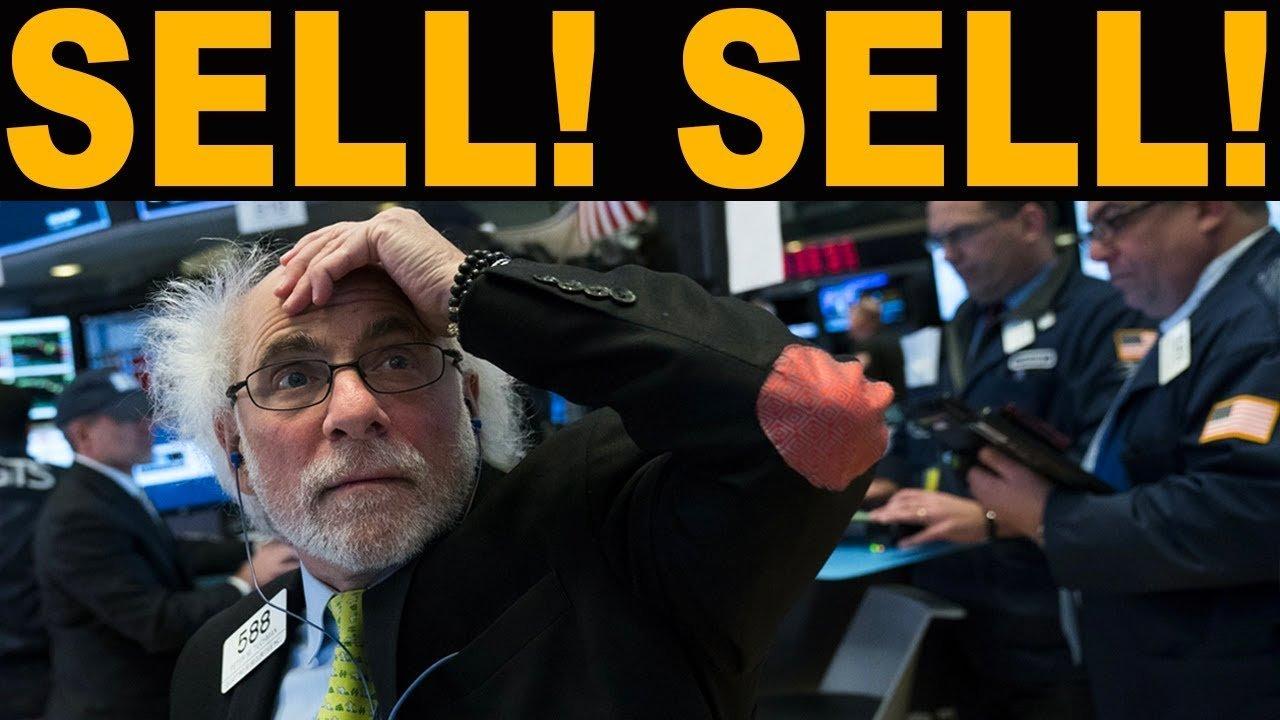 Beurshandelaar die in paniek naar bord kijkt met daarboven de woorden Sell! Sell!