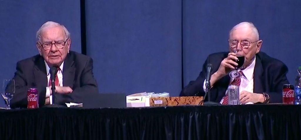Beeld van Warren Buffett tijdens de jaarvergadering van Berkshire Hathaway